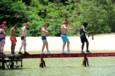 Koh-Lanta Vietnam - Un à un, les concurrents se glissent sur la poutre en prenant garde de ne pas faire perdre l'équilibre à leurs voisins !