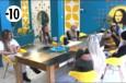 Les habitants se réunissent autour d'Amélie à la table de la salle à manger pour discuter avec la jeune femme.