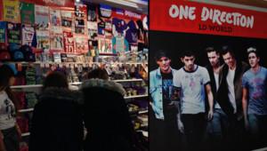 Le premier pop-up store consacré au groupe britannique One Direction a ouvert le 14 décembre, et pour trois semaines, au centre commercial La Vache Noire à Arcueil, dans le Val-de-Marne.