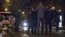Barack Obama met ses bras autour des épaules d'Anne Hidalgo et François Hollande après s'être recueillis devant le Bataclan, le 29 novembre 2015