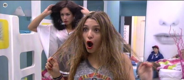 Clara est stupéfaite lorsqu'elle découvre la coiffure d'Emilie !