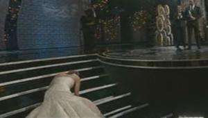 Très émue au moment d'aller recevoir sa statuette, Jennifer Lawrence, a trébuché en grimpant les quelques marches la séparant de la scène.