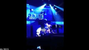Justin Bieber attaqué par un fan sur scène lors de son concert à Dubaï, le 5 mai 2013.