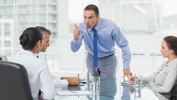 réunion patron manager salarié employé colère meeting entreprise prétexte