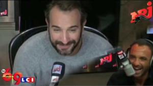 Jean Dujardin montre son talent d'imitateur dans la matinale de NRJ, le 20 octobre 2009