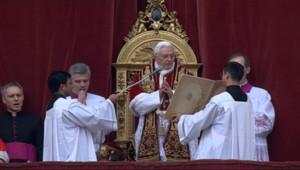 Le pape Benoît XVI lors de la traditionnelle déclaration urbi et orbi à Rome le 25 décembre 2010.