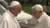 Le pape François rend une visite historique à Benoît XVI