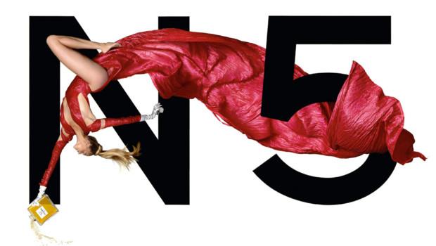 Estella Warren photographiée par Jean-Paul Goude pour la campagne publicitaire Chanel n° 5 de 1999.