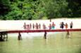 Koh-Lanta Vietnam - Rouges et Jaunes se dirigent vers la poutre. Les 2 équipes devront chacune se rendre sur les extrémités situées de part et d'autre de la structure.