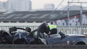 La voiture des policiers de la BAC a été très violemment percutée par le 4X4 en fuite.