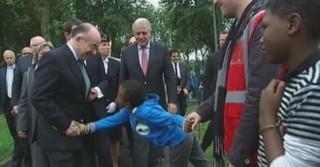 """""""Bonjour monsieur le ministre"""", Cazeneuve attendri par des enfants d'un centre de migrants"""