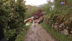 Le 13 heures du 5 mai 2015 : Intempéries : glissements de terrain, sols gorgées d'eau et maisons détruites - 218.524