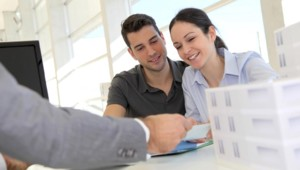 Un couple en train de finaliser un achat immobilier.