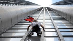 """""""Le Spiderman français"""" escalade la tour Montparnasse et rend hommage aux victimes du séisme au Népal"""