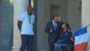 remise drapeau olympique entre Teddy Riner et Michael Jeremiaz
