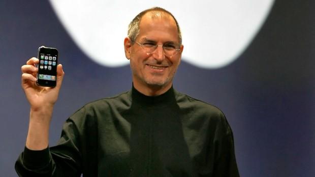 Steve Jobs présente le tout premier iPhone en 2007 et le monde de la téléphonie ne sera plus jamais comme avant