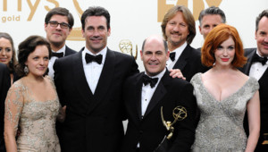 Elisabeth Moss, Jon Hamm, Matthew Weiner et Christina Hendricks posent aux Emmy Awards 2011 à Los Angeles le 18 septembre. Mad Men récompensé.