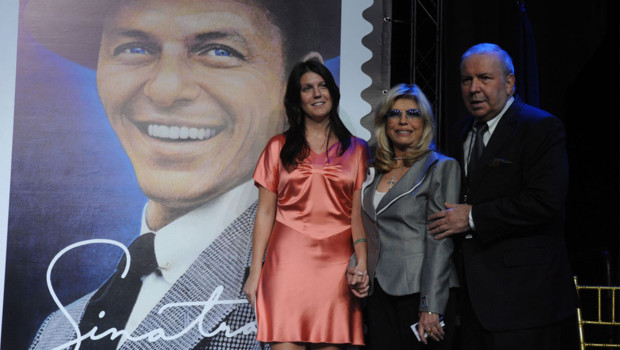 Franck Sinatra Jr et sa soeur Nancy dévoilent un timbre commémoratif à l'effigie de leur père, Franck Sinatra, en 2008.