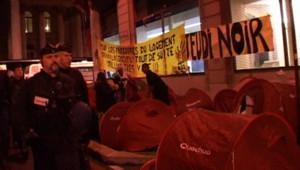 Des mal-logés évacués à Paris par les forces de l'ordre
