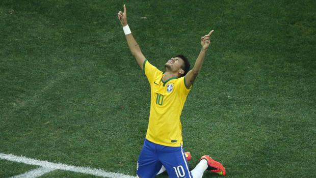 Le Brésilien Neymar célèbre son deuxième but face à la Croatie, sur penalty, en match d'ouverture du Mondial 2014, le 12 juin à Sao Paulo.
