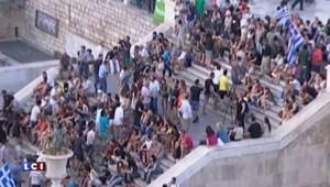 Référendum grec : rassemblement devant les marches du Parlement à Athènes