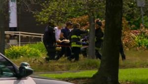 Des victimes d'une fusillade dans une université d'Oakland évacuées par les secours (2 avril 2012)