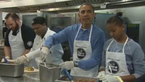 Le président Barack Obama et sa famille ont participé au Martin Luther King Day, jour férié aux États-Unis, en préparant des repas dans une association caritative de Washington.