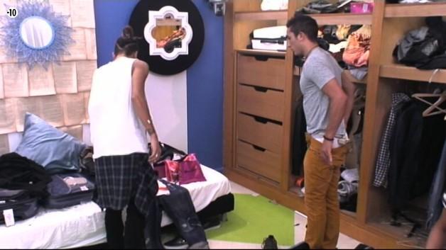 Eddy aide ensuite Vivian à choisir sa tenue pour le défilé.