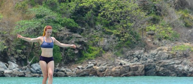 Koh-Lanta Vietnam - Marine est en équilibre sur la poutre, elle ne doit surtout pas tomber !