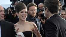 Marion Cotillard regarde amoureusement son compagnon Guillaume Canet lors de la monte des marches avant la projection de leur film &quot;Blood Ties&quot;.