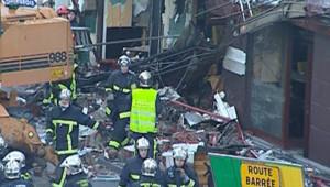 Les pompiers inspectent les lieux après l'explosion, à Bondy, le 31 octobre 2007
