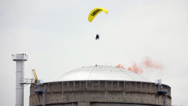 Un militant de Greenpeace photographié en train de survoler la centrale du Bugey (2 mai 2012)