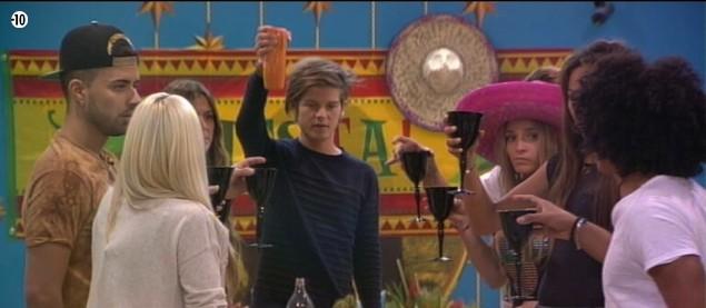 Les habitants portent un toast à leur aventure et aux quatre finalistes.