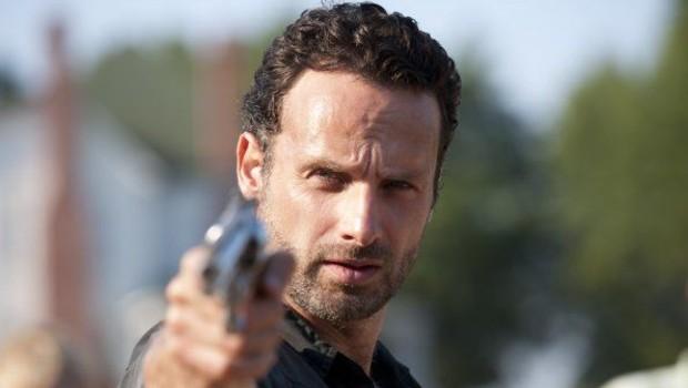 The Walking Dead Saison 2. Série créée par Frank Darabont en 2010. Avec : Andrew Lincoln, Jon Bernthal, Sarah Wayne Callies et Laurie Holden.