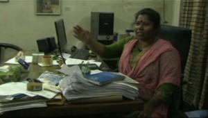 Une responsable d'un atelier textile au Bangladesh.