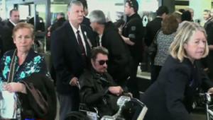 Le 1er décembre, le chanteur avait dû sortir de l'aéroport de LA dans une chaise roulante.