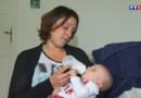 Pacôme, dans les bras de sa maman, a dû attendre cinq mois pour avoir une existence légale.