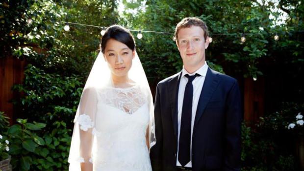 Photo du mariage de Mark Zuckerberg, fondateur de Facebook, et de Priscilla Chan, publiée sur le réseau social le 19 mai 2012.