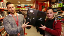 Le magasin CeX remet une Xbox One à Peter, un gamer berné sur le web