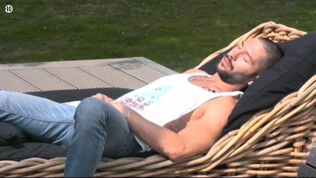 Avant les nominations, Steph s'apaise en prenant un peu le soleil.