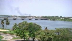 Fumée à Abidjan après les premiers combats entre forces pro-Ouattara et pro-Gbagbo, 31 mars 2011