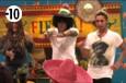 Anaïs, Jamel et Eddy improvisent une chorégraphie sur de la musique latine.