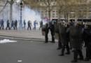 Des CRS lancent des gaz lacrymogènes place de la République, le 14 avril 2016