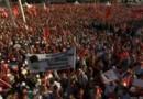 Istanbul : des dizaines de milliers de drapeaux rouges pour la démocratie, place Taksim
