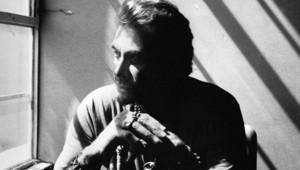Johnny Hallyday sur la pochette de son album Rester Vivant.