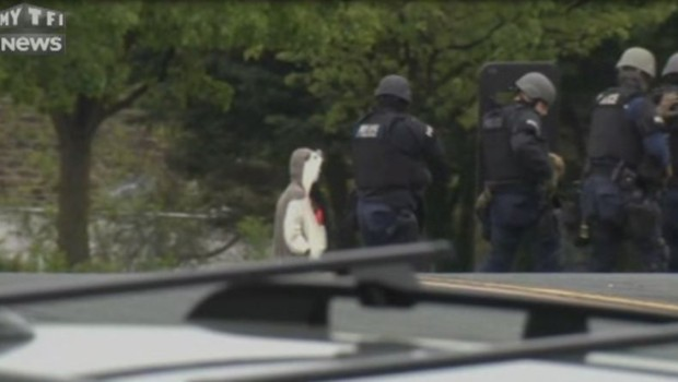 Un homme déguisé en ours qui menaçait de se faire exploser se fait tirer dessus