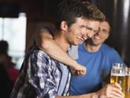 Hommes amitié groupe bière