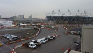 Le Parc Olympique de Londres en construction. A droite : le stade, à gauche : la piscine (15/12/2010)
