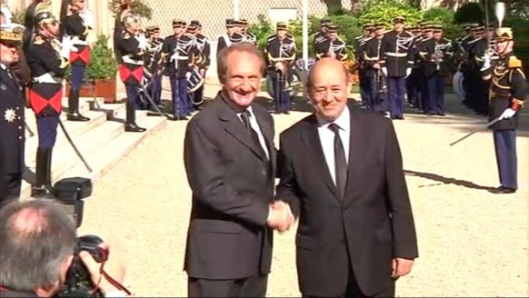 Passation de pouvoir entre Longuet et Le Drian à la Défense, le 17 mai 2012.