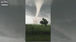 États-Unis : une tornade à couper le souffle filmée de près